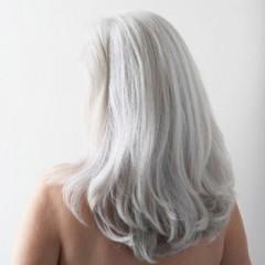 Maschera per capelli da una radice di una bardana e unortica per capelli